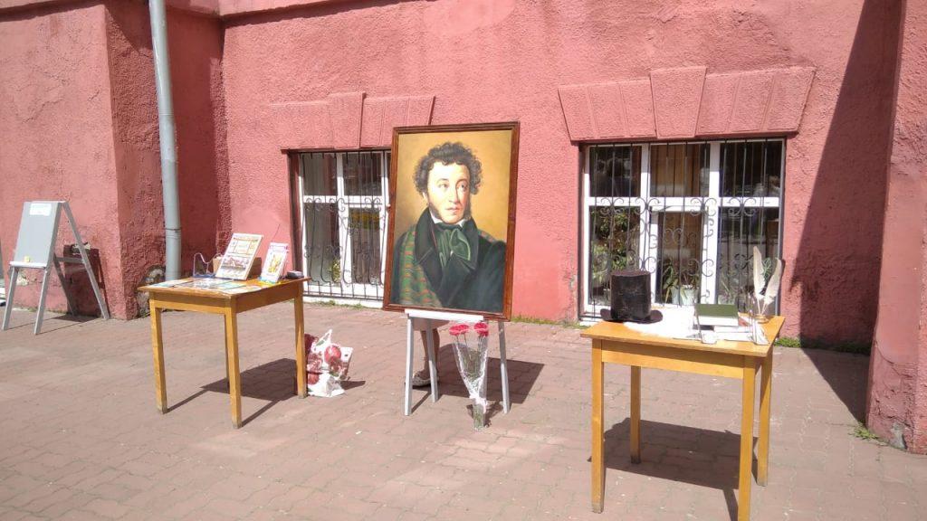 V gosti k Pushkinu0