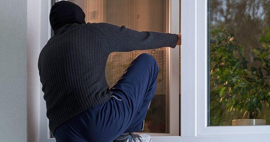 В Брянске вор проник в жилье через отжатое окно