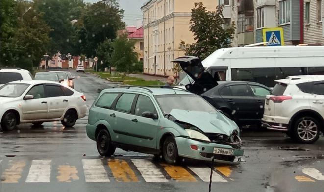 В Брянске на улице Тельмана легковушки попали в ДТП