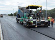 В Брянске на новой дороге-дамбе завершают асфальтирование трех полос из шести