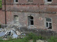 Дятьковские подростки гуляют по аварийному зданию и творят непотребства