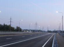 В Брянске дорога от Metro до вокзала «Брянск-Орловский» займет 7 минут В Брянске открыли кольцевую развязку возле ТЦ Metro в Фокинском районе. При этом сама дорога-дамба, ведущая к железнодорожному вокзалу Брянск I, будет открыта уже во вторник, 14 сентября. Здесь нанесена разметка, появилась выделенная полоса для движения автобусов, установлены дорожные знаки. Предполагается, что поездка из Фокинского района до станции «Брянск-Орловский» займёт у автомобилистов не более 7 минут. Новая дорога шестиполосная, в середине есть ответвление в сторону улицы Горького, поэтому также на набережной Брянска возводится новый мост. Масштабное строительство осуществляется в рамках национального проекта «Безопасные качественные дороги». ФОТО: пресс-служба управления автодорог