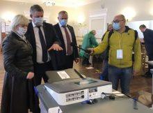 Брянский губернатор Александр Богомаз посетил избирательный участок № 45 в Бежице