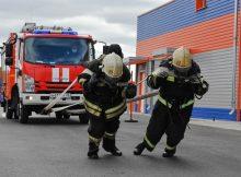 В Брянске пожарные соревнованись в буксировке пятитонного автомобиля