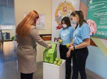 Брянские студенты откликнулись на призыв «сдай батарейку – получи яблоко»