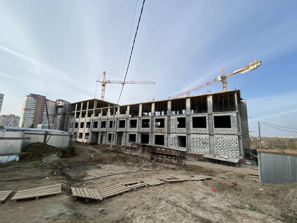 Новая школа в 4-м микрорайоне Брянска выросла до четырех этажей