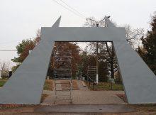В Севске в сквере Памяти завершается монтаж входной стелы