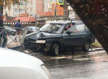 В Брянске возле «Августина» легковушка снесла забор