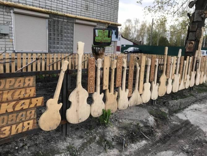 Навлинский «рок-забор» претендует на звание самого необычного арт-объекта России
